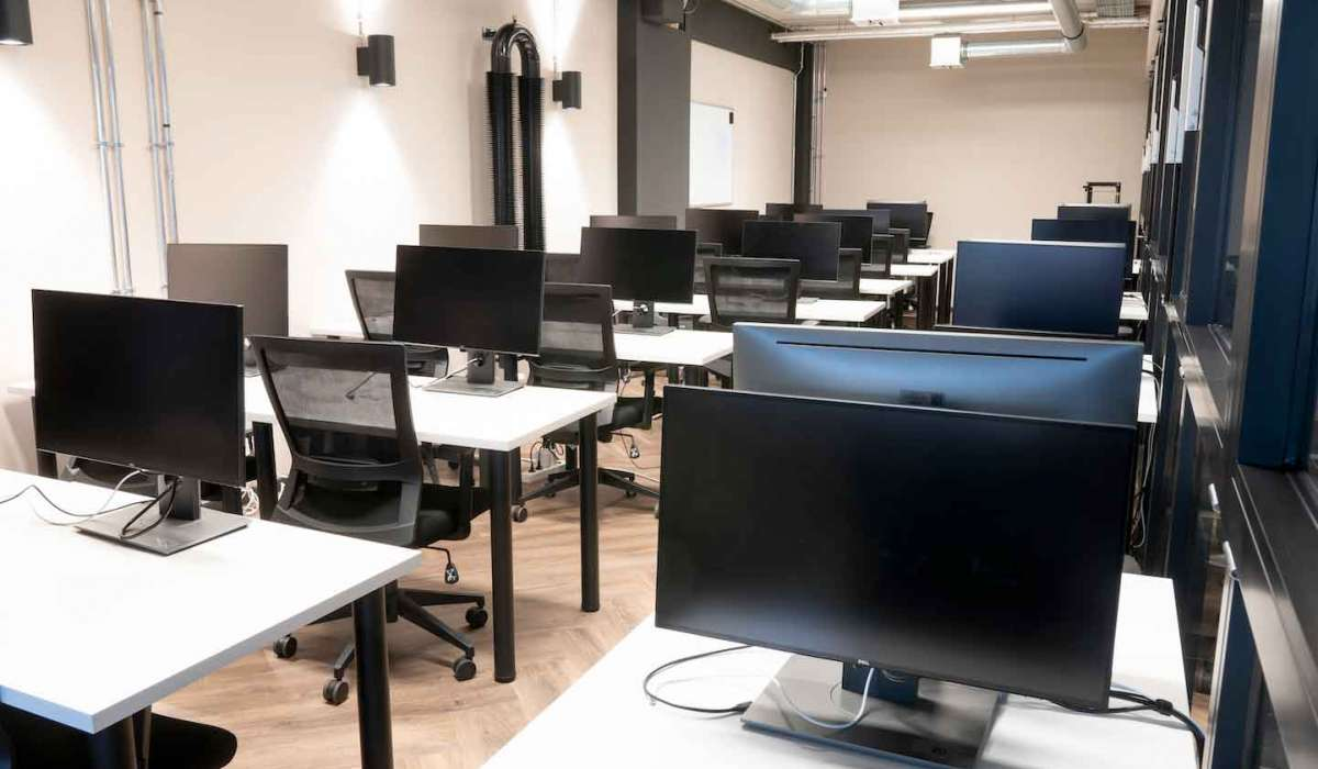 xu-exponential-university-coding-and-software-engineering-Mac-Lab-on-campus